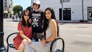 Бхавана Пандей с дочерьми Ананьей и Рисой