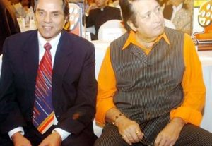 Дхармендра и Манодж Кумар на торжественном приеме в Мумбаи 23 апреля 2006 года
