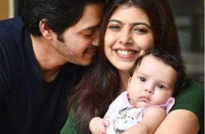 Шреяс Тальпаде с женой и дочерью