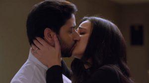 Санайя Ирани поцелуй