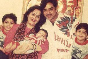 Шатругхан Синха с женой и детьми